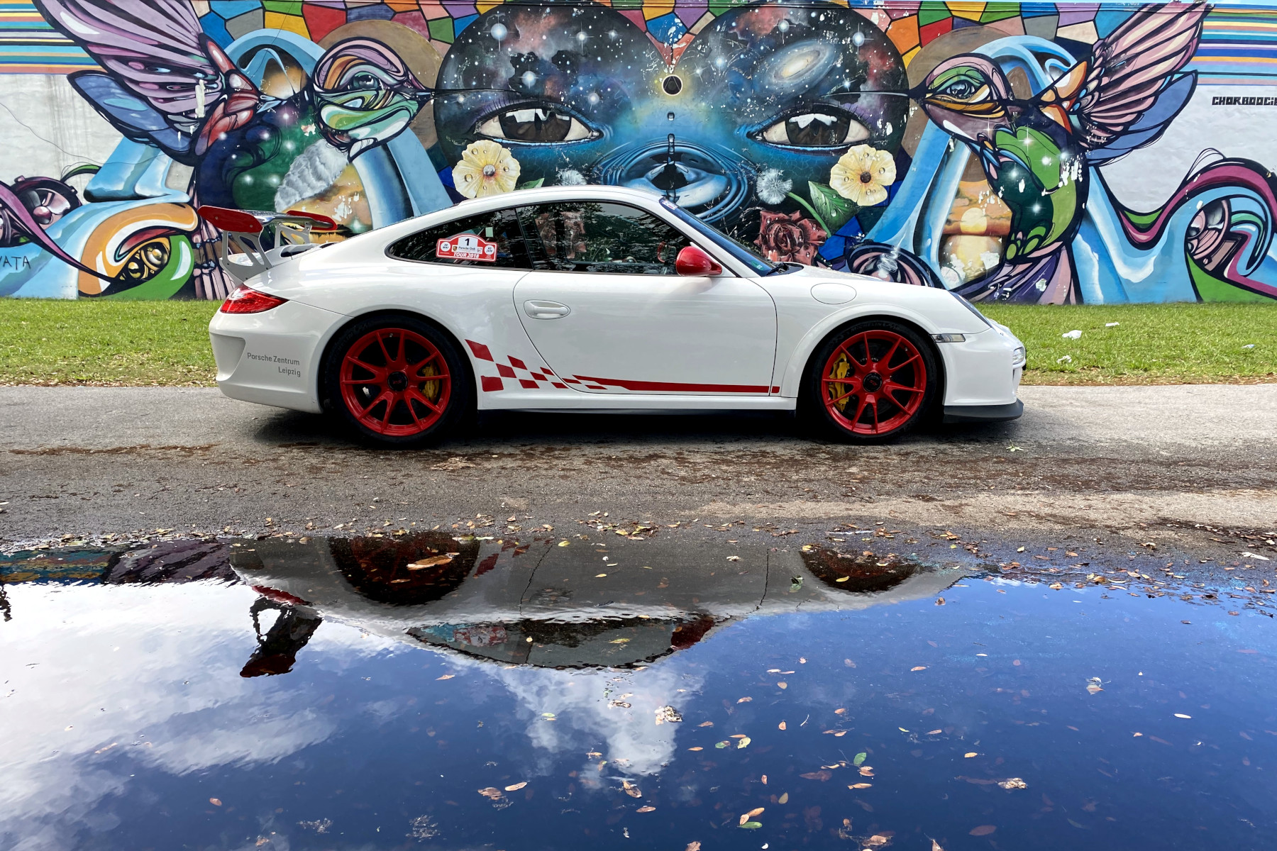 White GT3 RS with Chor Boogie Street Art (01)