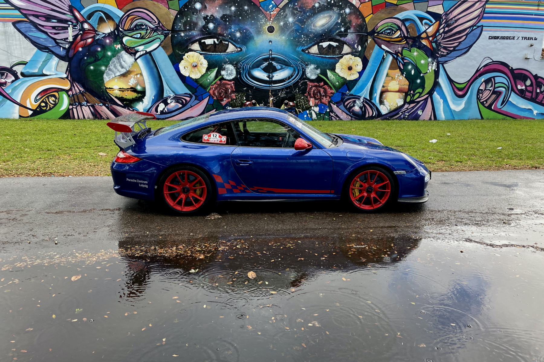 Blue GT3 RS with Chor Boogie Street Art (02)