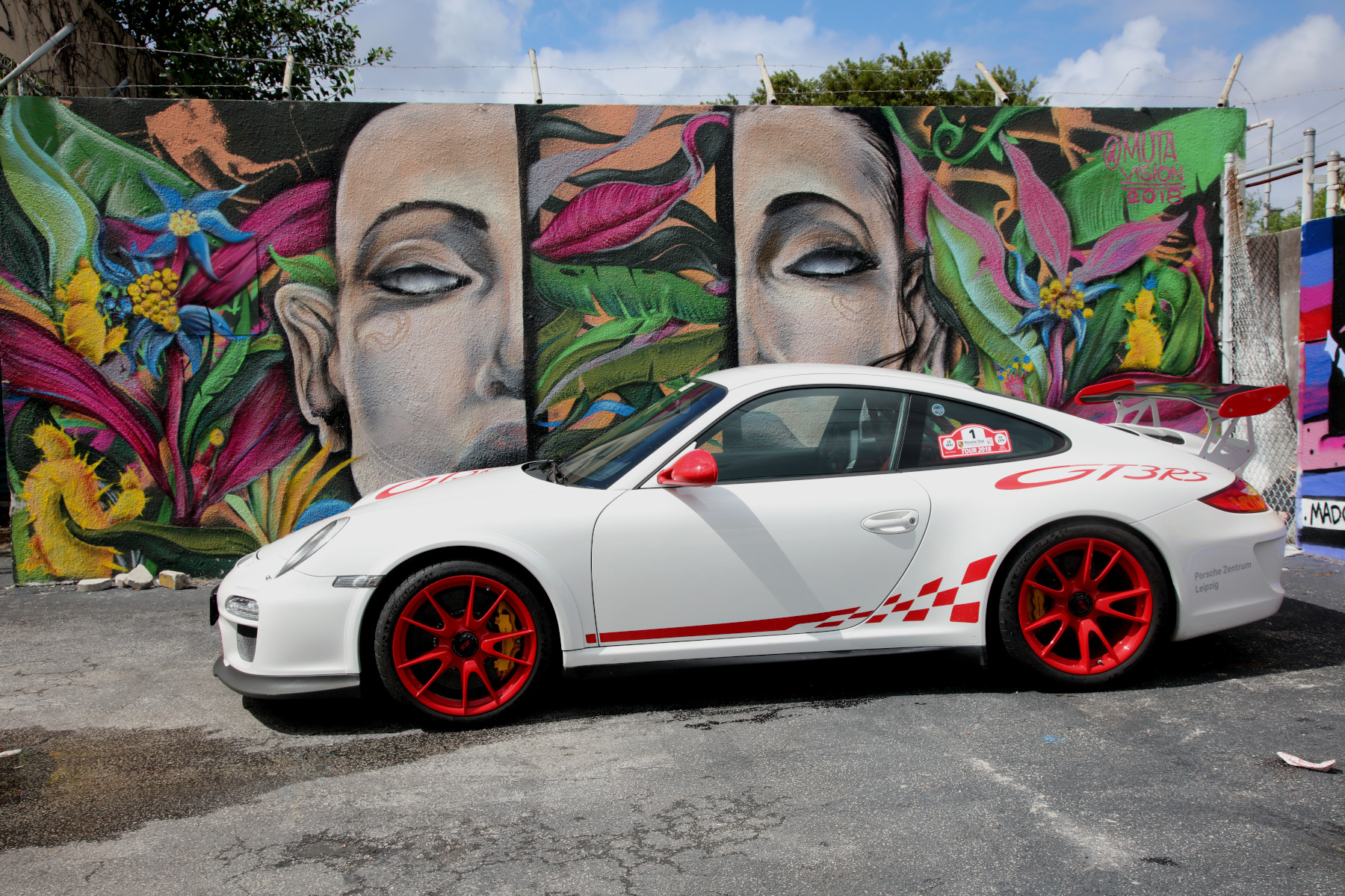 White GT3 RS with M U T A Street Art (02)