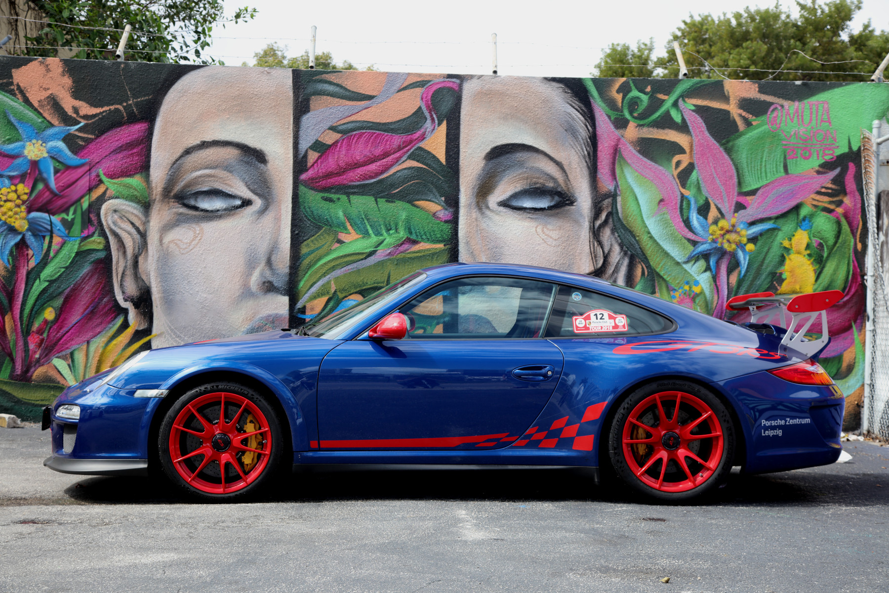 Blue GT3 RS with M U T A Street Art (02)
