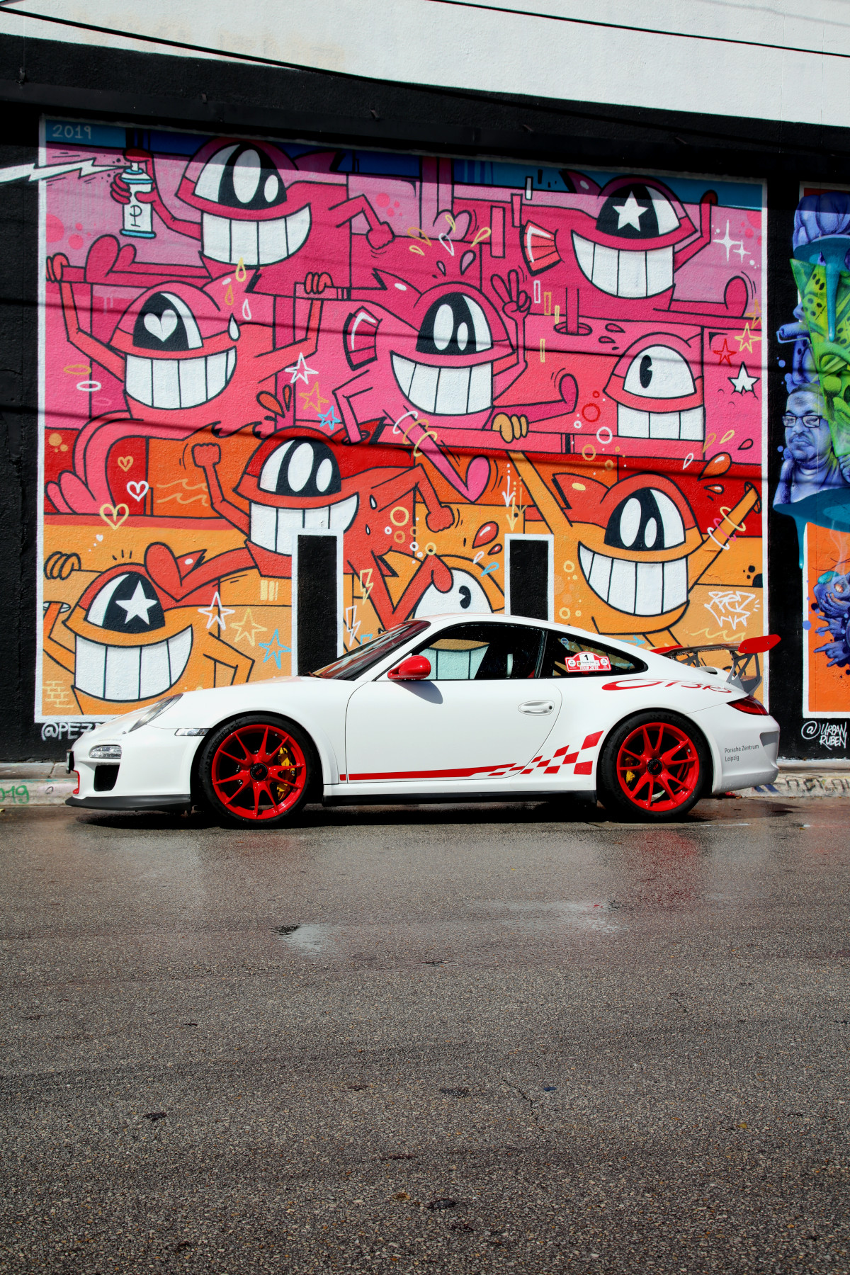 White GT3 RS with El Pez Street Art (02)